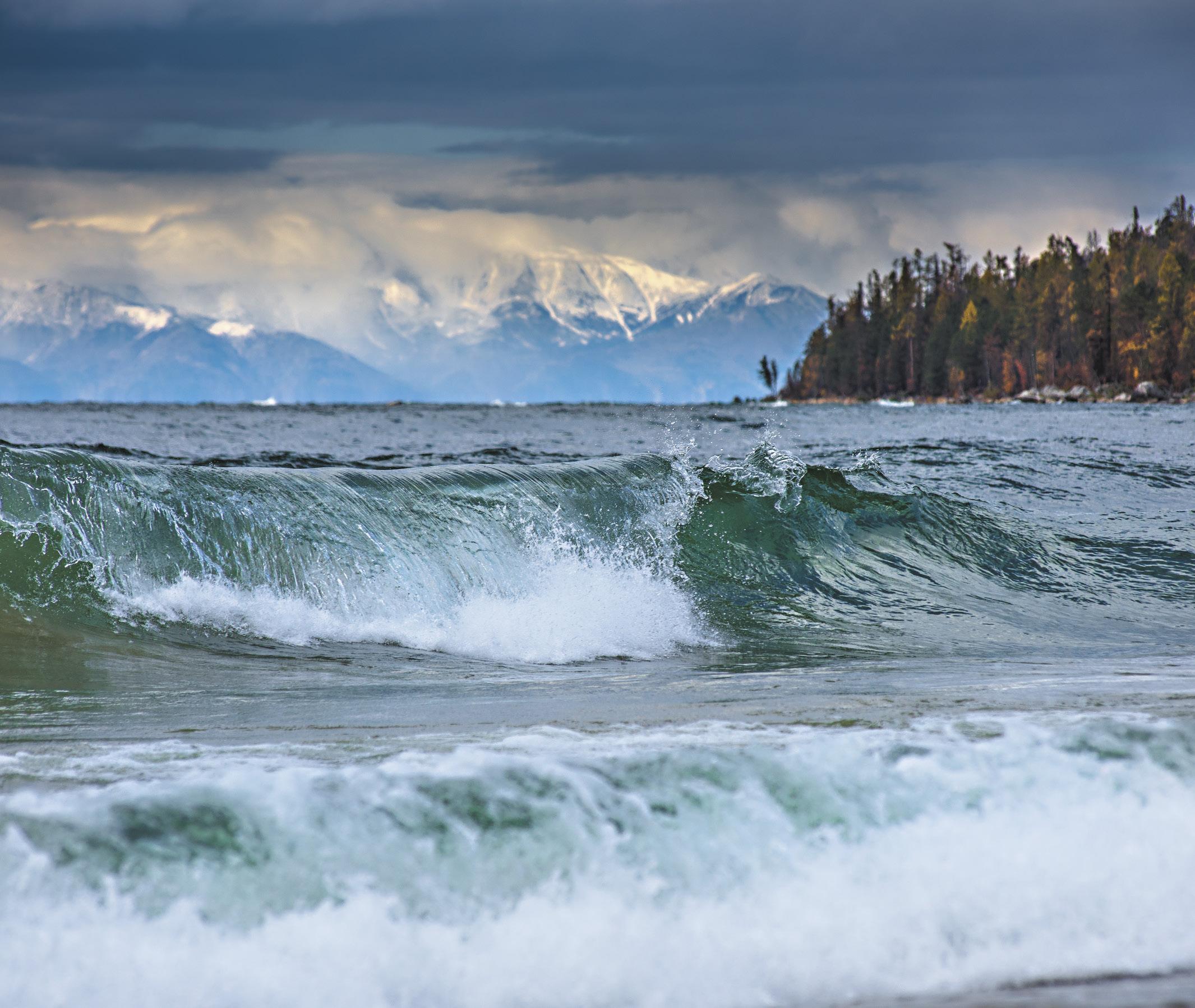В бухте Давше на севере Байкала в октябре часто бывают настоящие штормы.