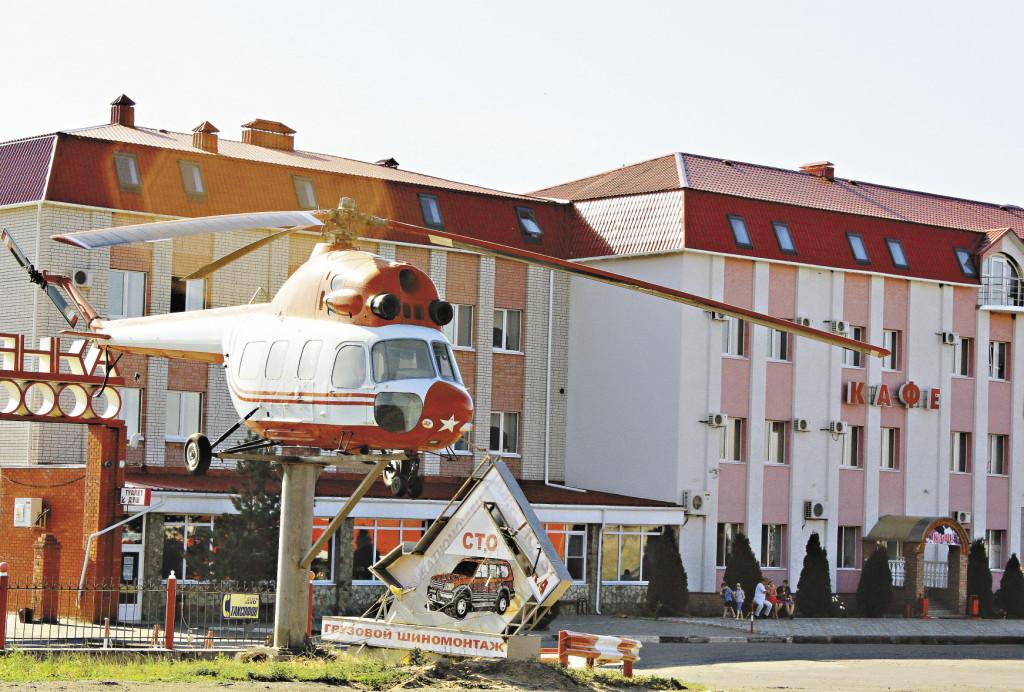 На территории комплекса есть запоминающийся ориентир в виде настоящего вертолета.