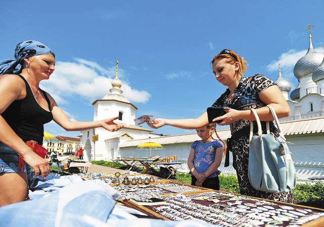 Торговля сувенирами у музея-заповедника «Ростовский кремль».