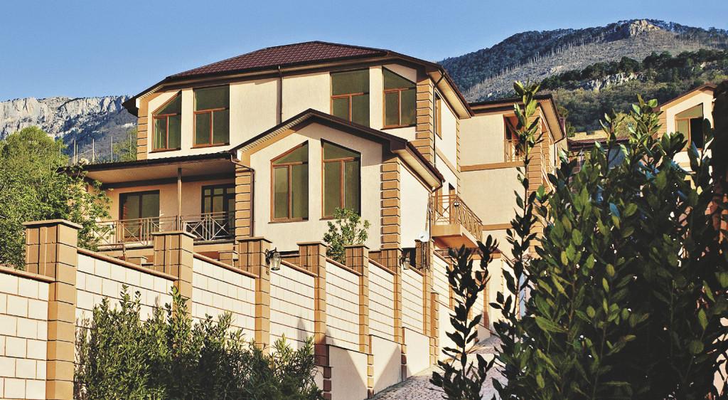 В коттеджном поселке «Морские камни» в Ялте квадратный метр жилья стоит 2–3 тысячи долларов.