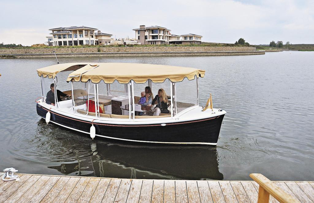 К воде можно выбираться на катере, но лучше просто жить на побережье!