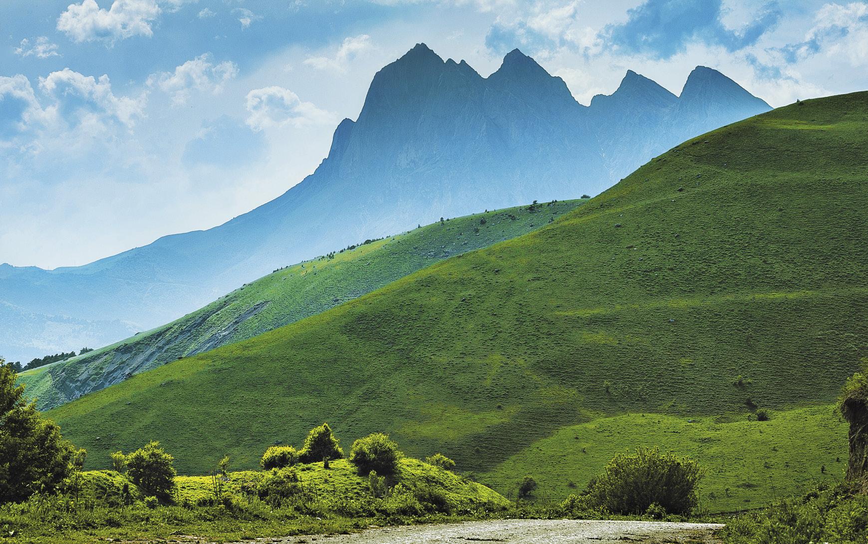 От панорамы горной гряды Цей-Лоам захватывает дух.