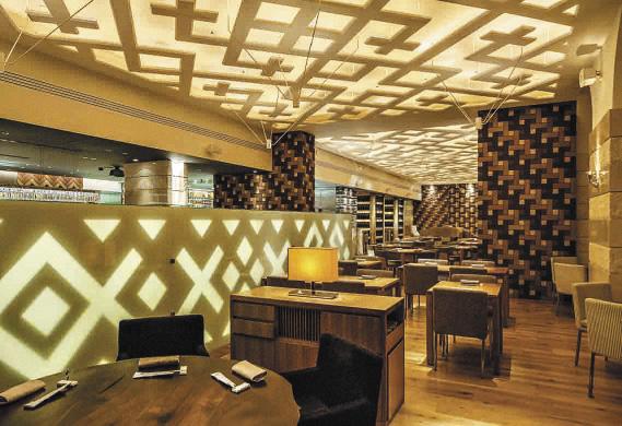 Русский солярный знак использован для оформления потолка и пола. А стены выложены японской кирпичной плиткой.