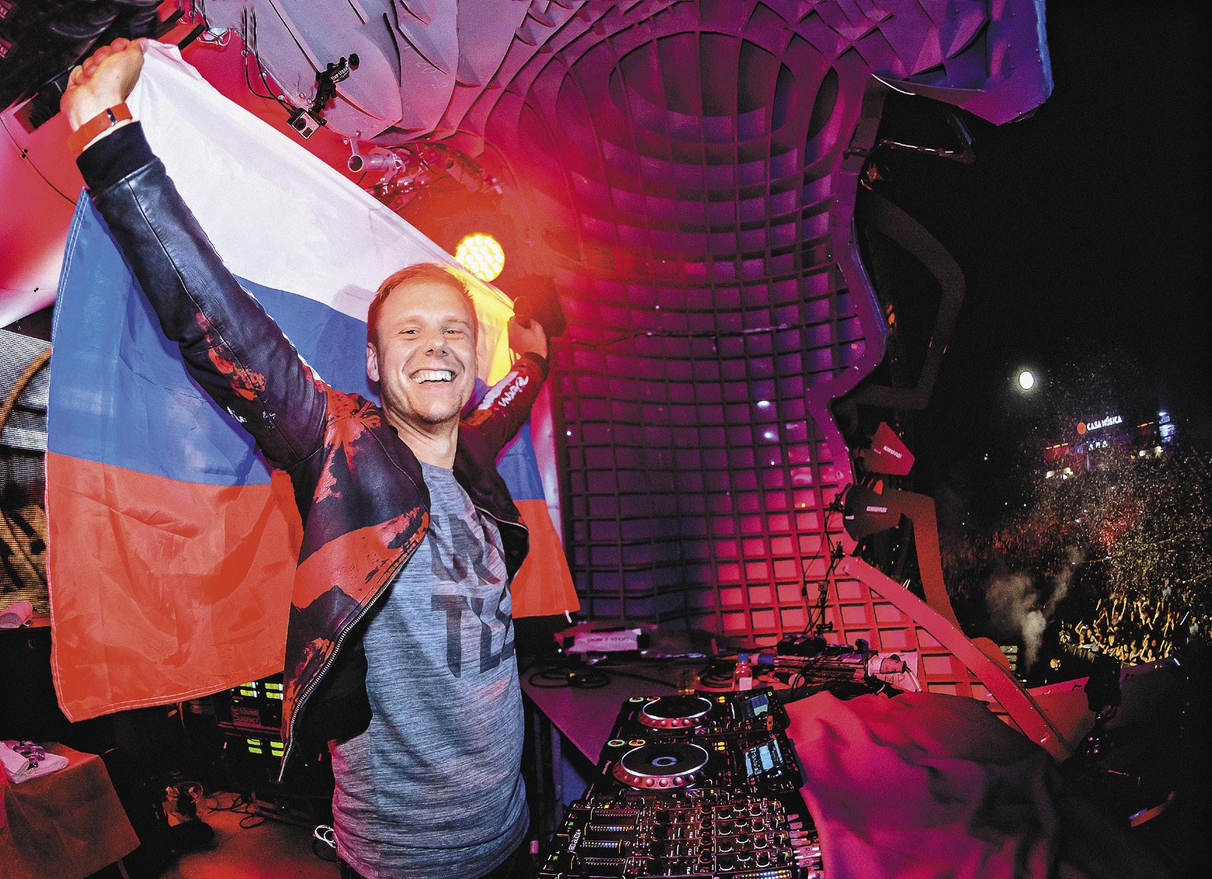 Звездный диджей Armin van Buuren не гнушался взрывать танцпол, размахивая российским триколором.