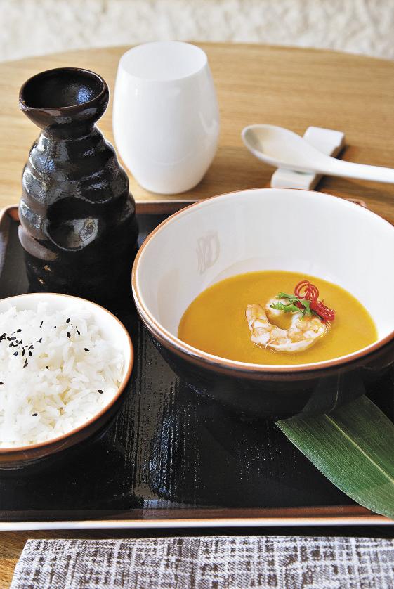 Бульон из лобстера с креветками – одно из самых популярных блюд ресторана AZIA.