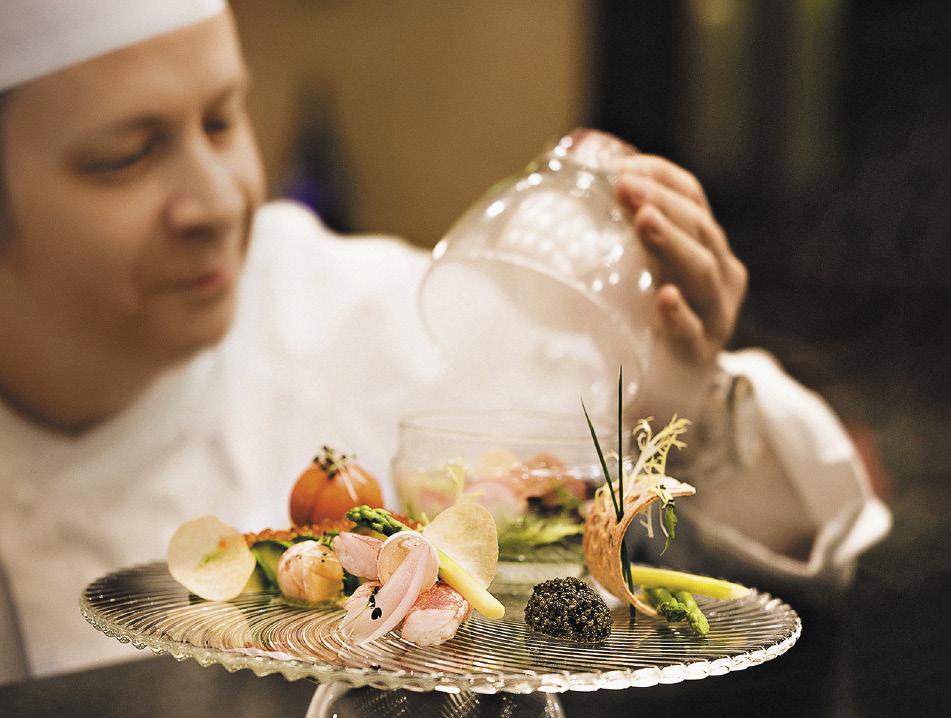 Икорный бар. В меню ресторана представлены лучшие блюда русской кухни: от бефстроганова, который здесь готовят по семейному рецепту семьи Строгановых, до нежнейшего камчатского краба.