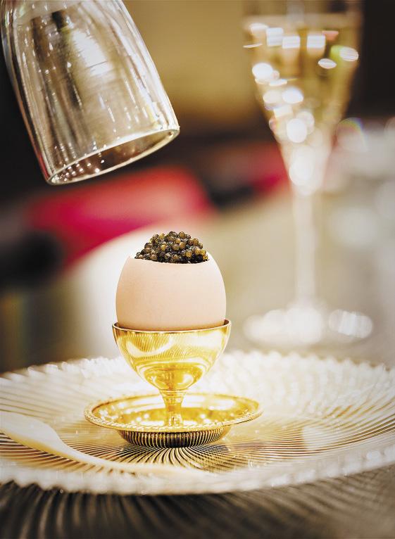 Фирменное блюдо «Икорного бара» – яичная кашка с трюфельным маслом, заключенная в цельную скорлупу и украшенная осетровой икрой.