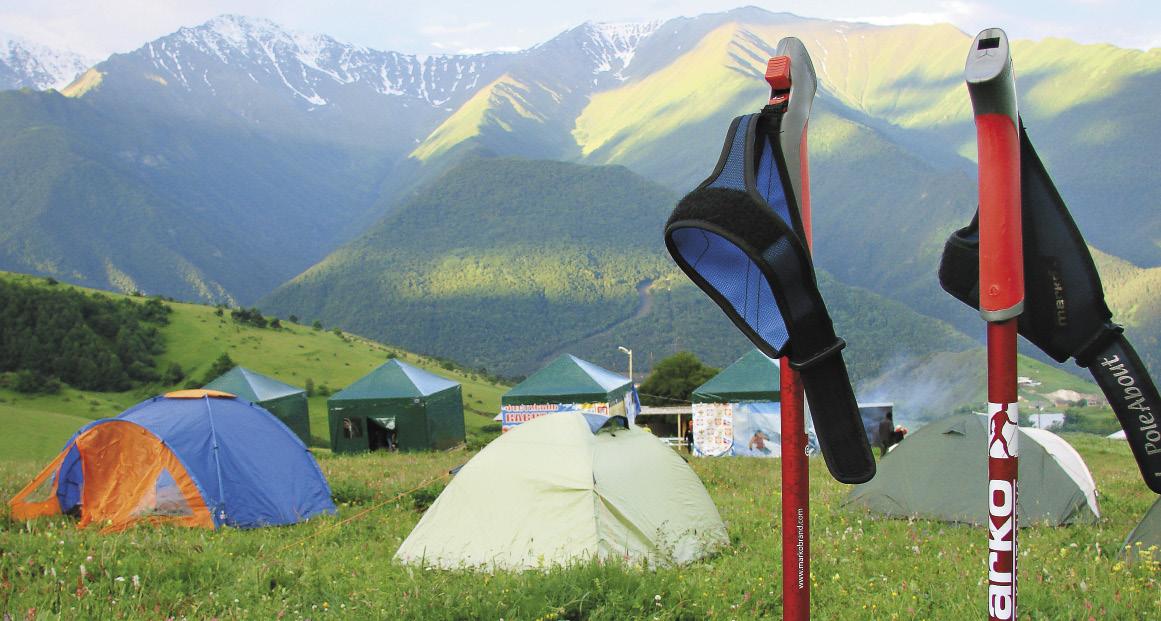 Палаточный лагерь туристов перед восхождением на Столовую гору.