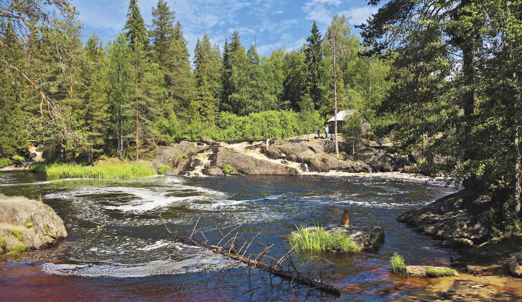 Рускеальские водопады считаются одной из жемчужин этого края.