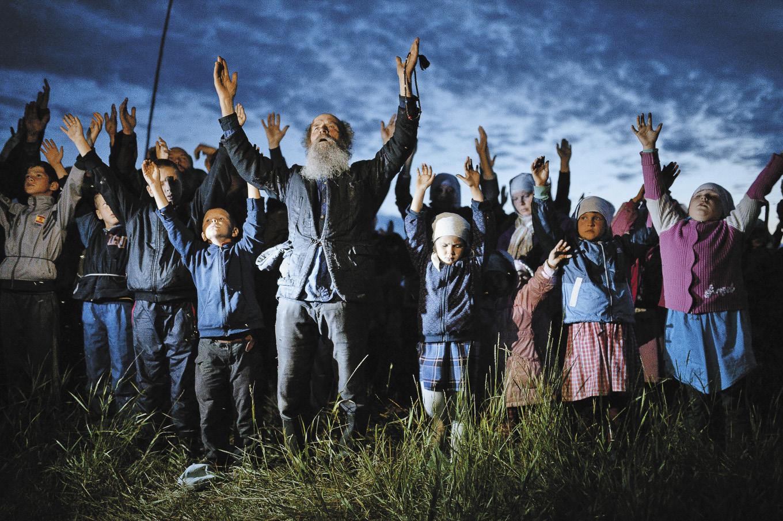 В деревне не только не курят, но и не пьют, и не сквернословят. Всех живущих объединяет одно: Вера в Бога и молитва. Женщины и девочки все в платках и длинных юбках. У мужской бородатой половины – рубашки навыпуск и пояски. Сегодня жителели Потеряевки вновь собрались для вечерней молитвы.