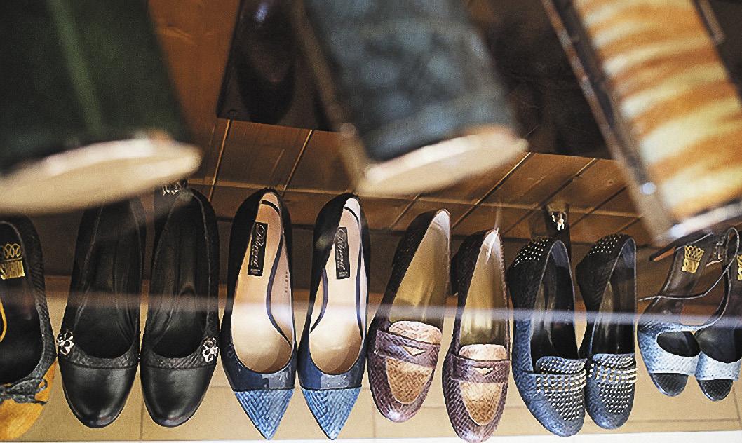 В фирменных магазинах можно приобрести уникальную обувь из рыбьей кожи.