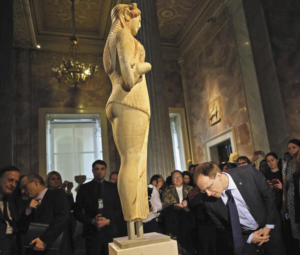 На открытии выставки древнегреческой скульптуры Коры из афинского Музея Акрополя в Государственном Эрмитаже в рамках перекрестного Года России и Греции.