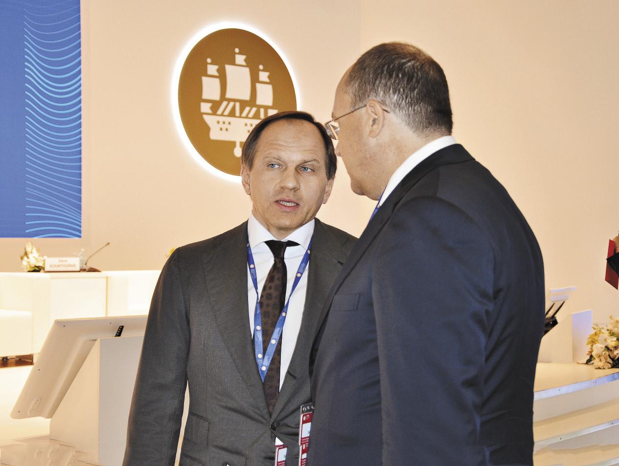 Министр по делам Северного Кавказа Лев Кузнецов и Олег Сафонов общаются на ПМЭФ-2016.