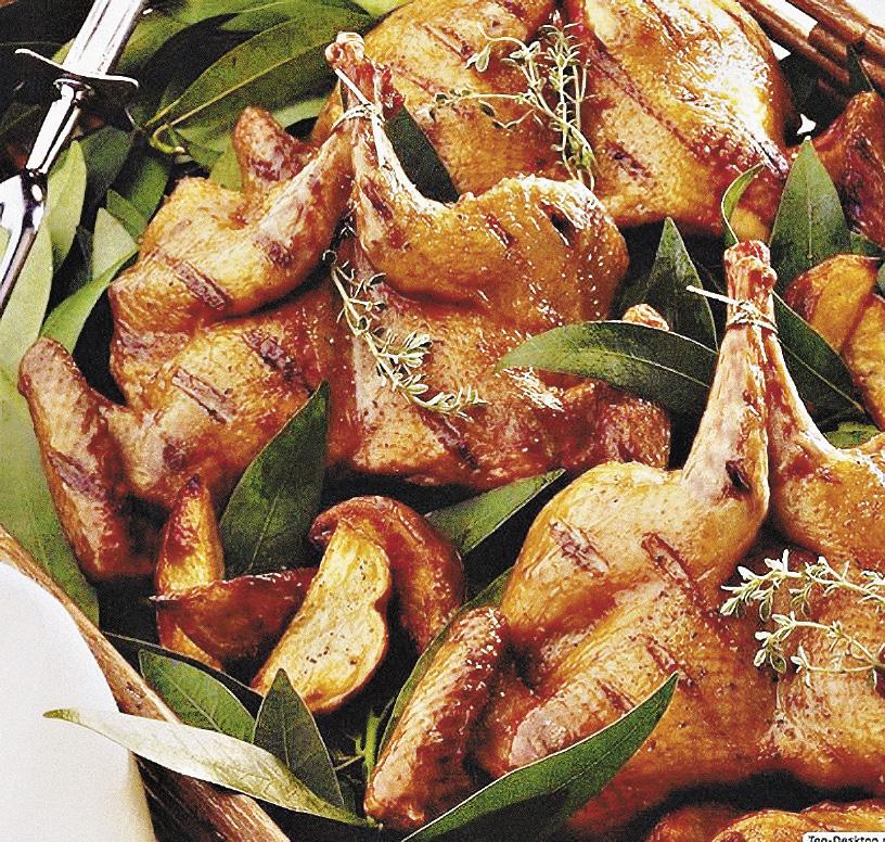 Отличительная черта блюд из птицы – приготовление с фруктами, ягодами или квашеной капустой.
