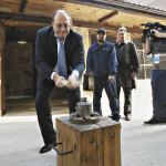 Глава Ростуризма Олег Сафонов «поработал» кузнецом в мастерской Златоуста.