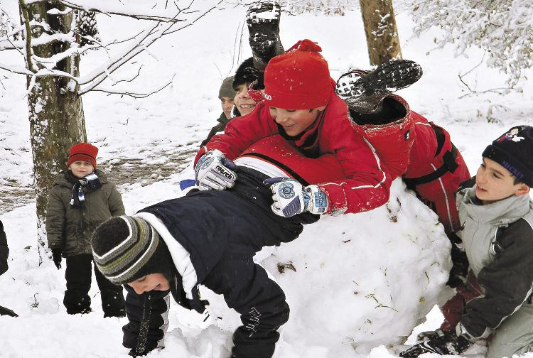 Для детей существуют десятки развлечений на свежем морозном воздухе – от лепки снеговиков до выявления «царя горы».