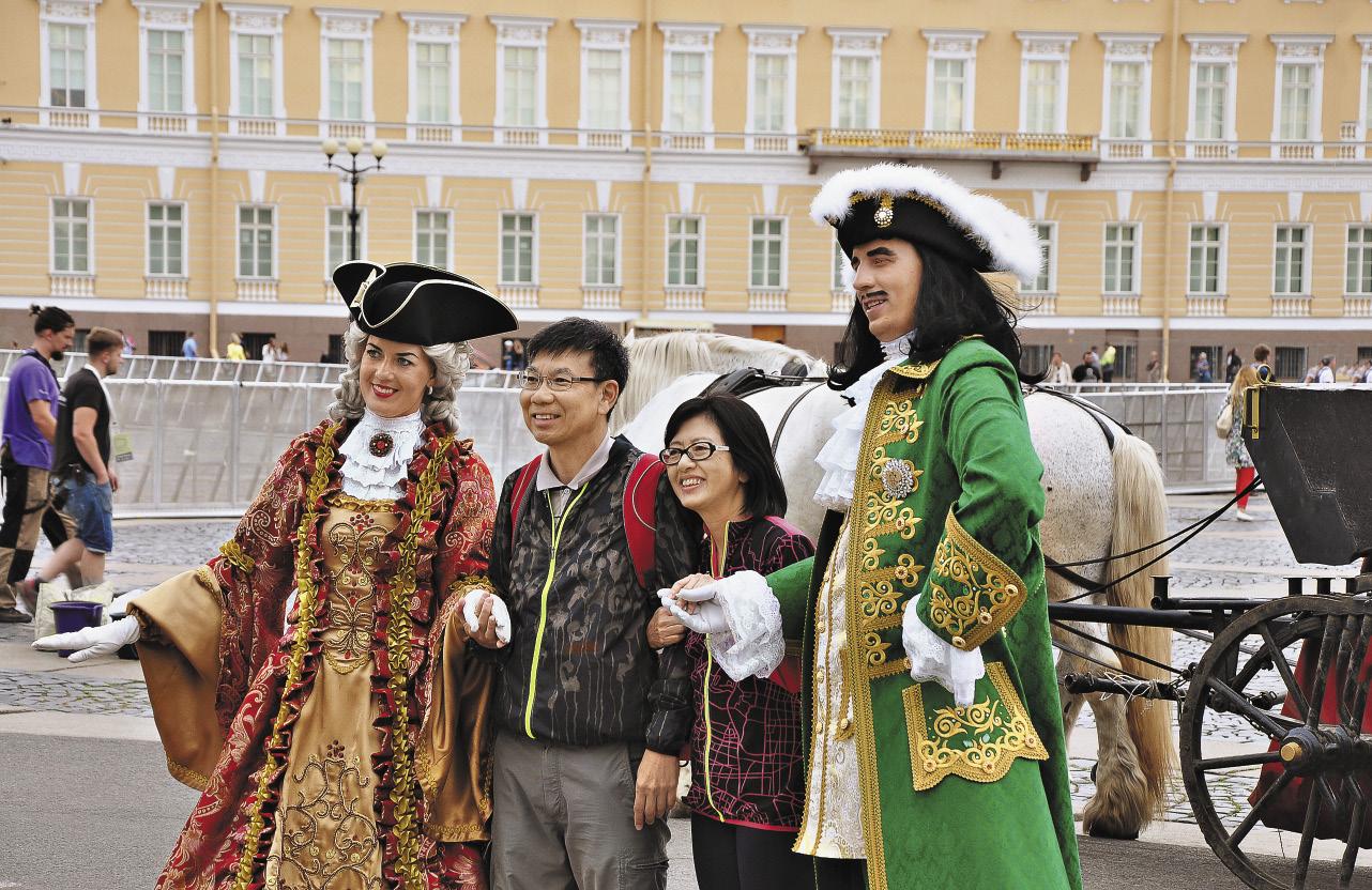 На Дворцовой площади в Санкт-Петербурге гости из-за рубежа с удовольствием фотографируются с «живым» Петром Первым.