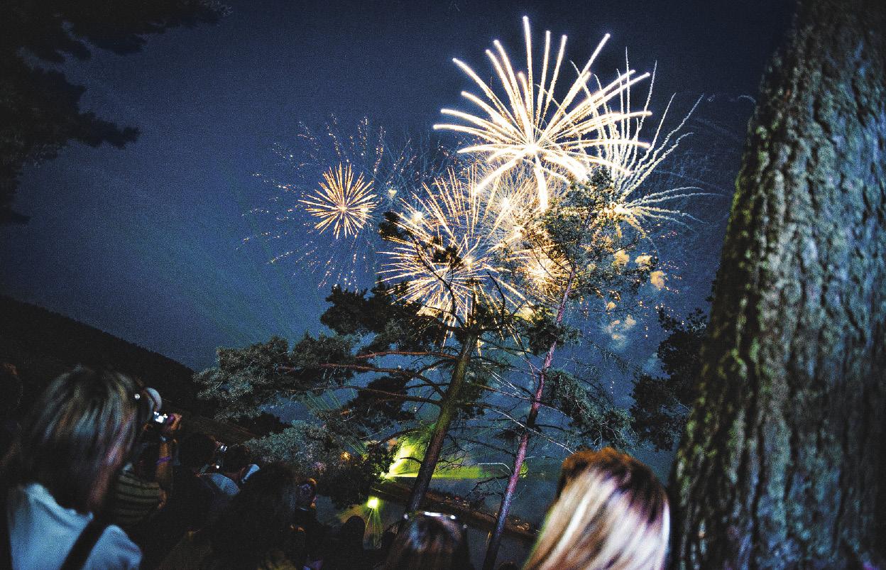 На Селигере всегда есть место празднику. В новогоднюю ночь турбазы и отели стараются удивить гостей развлекательными программами.