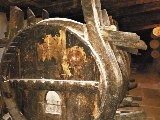 Этим бочкам монастырского винного погреба около 300 лет.
