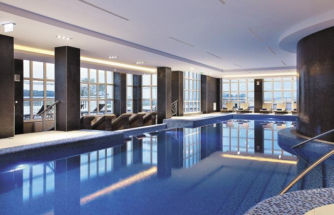 К услугам гостей – бассейн с джакузи, рядом есть сауна, парная и хаммам.