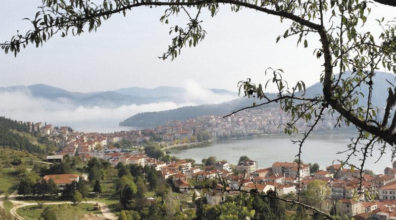 Касторья считается самым красивым городом в Западной Македонии. Городок окружен озером, соединяясь с сушей полосой земли, образовавшейся в процессе насыпных работ. Не смотря на многие войны, Касторье удалось сохранить до наших дней огромное количество византийских церквей, а также исторических реликвий и особняков.