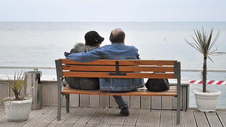 Подышать целебным морским воздухом на набережной полезно в любое время года.