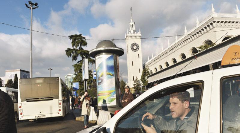 На сочинском автовокзале всегда полно водителей, готовых «подбросить» вас в любую точку.