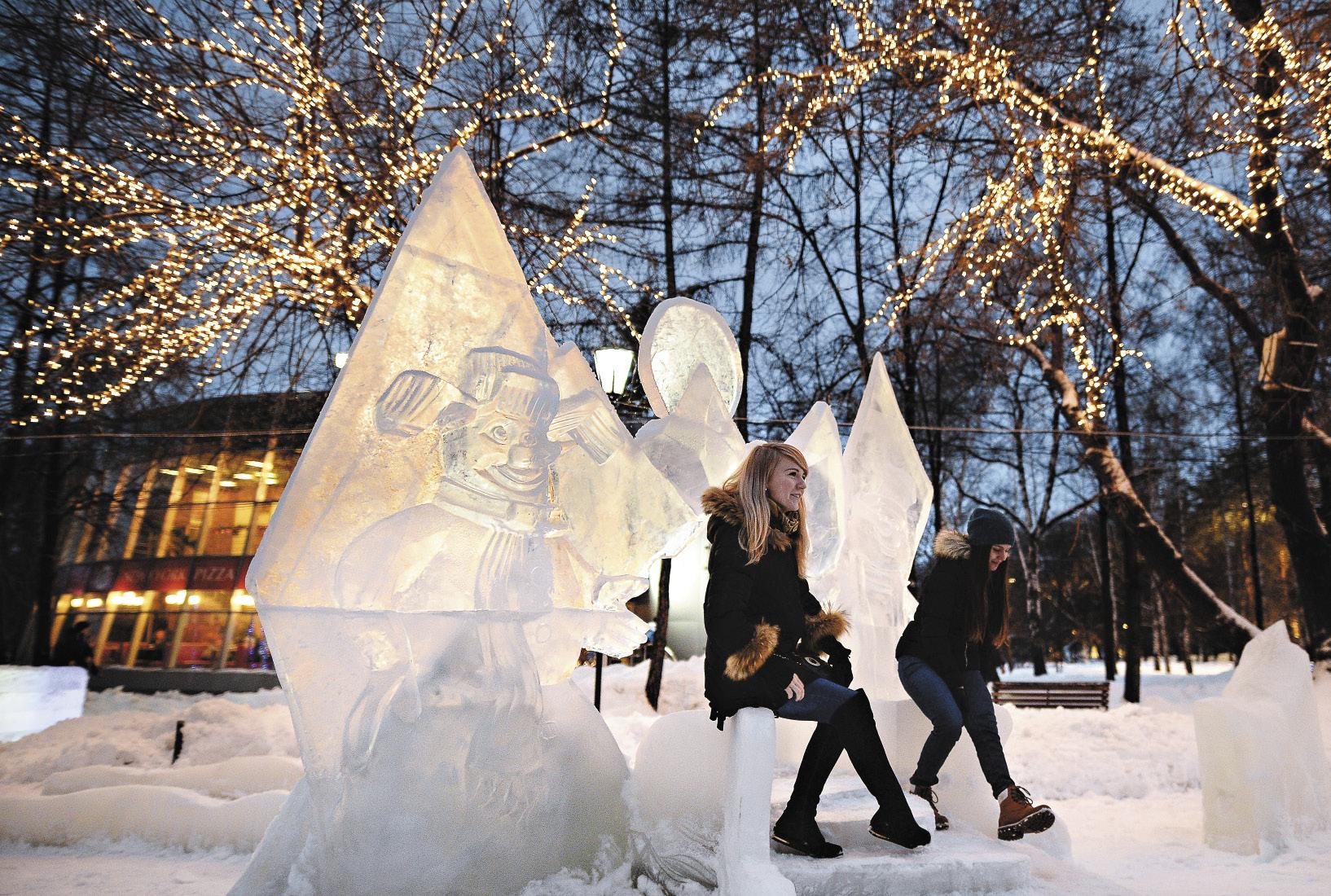 Ледяные скульп-туры фантастически меняют облик русских городов. Вот и площадь Ленина в Новосибирске кажется декорацией к сказке.