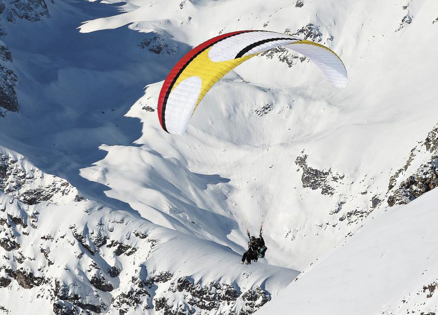 На Домбае можно не только промчаться по склону на лыжах, но и полетать над склонами.