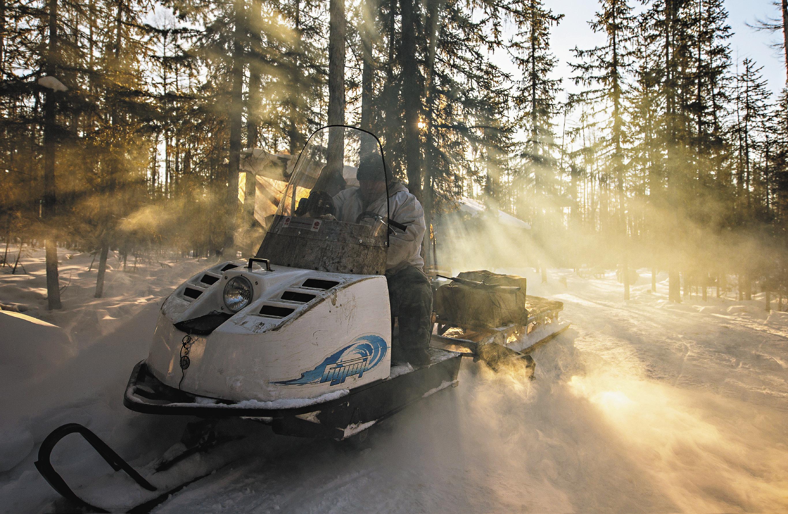 Российский снегоход «Буран» прекрасно везет охотника по снежной целине к месту засады на волков. Несмотря на ясный день и солнце, столбик термометра не поднимается выше минус сорока градусов. Если выжимать из своего ревущего «зверя» больше тридцати километров в час, можно легко обморозить незащищенную кожу лица. Кроме того, можно налететь на занесенный снегом пень или тяжелую корягу. Поэтому охотник едет со скоростью не более 15–20 километров.