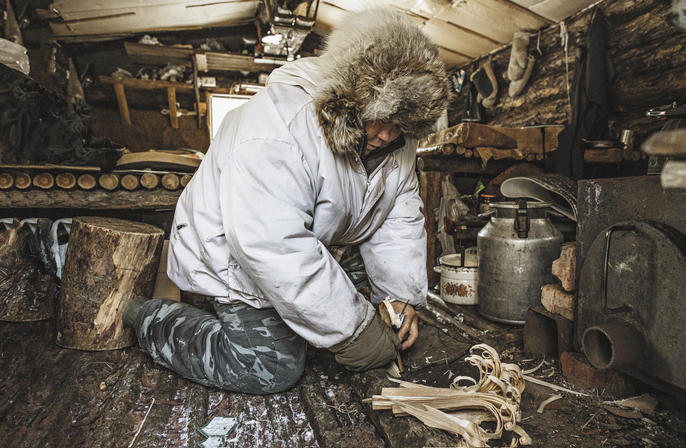Ион Максимович готовит щепу для дровяной печи в своем охотничьем домике. Чтобы огонь не потух, он вынужден несколько раз за ночь вставать и подбрасывать поленья в «буржуйку».