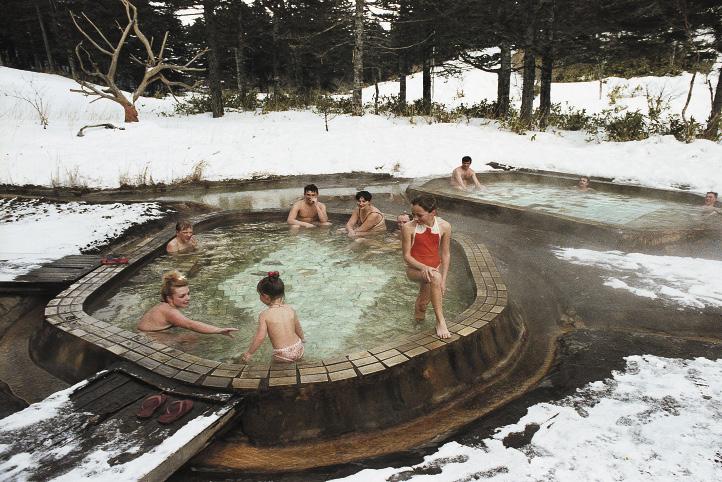 Если море холодное, купаться можно в горячих целебных источниках. Скажем, на острове Кунашир Сахалинской области.