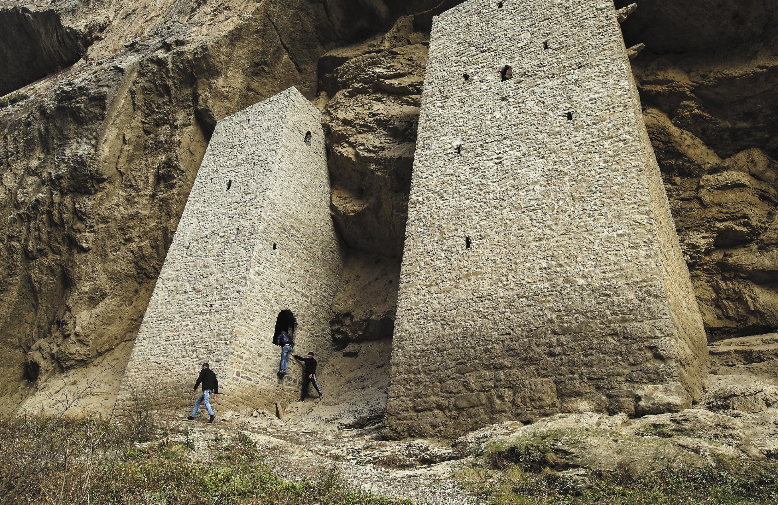 Ушкалойские башни-близнецы расположены в самом узком месте Аргунского ущелья. Башни построены примерно в ХI–ХII вв. нашей эры для контроля дороги, проходившей в этих местах. В наше время башни были отреставрированы, и являются одной из главных исторических достопримечательностей Чеченской Республики.
