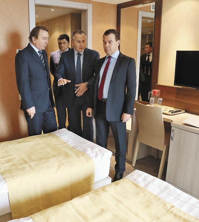Премьер-министр РФ Дмитрий Медведев во время осмотра оздоровительного комплекса «Дагомыс».