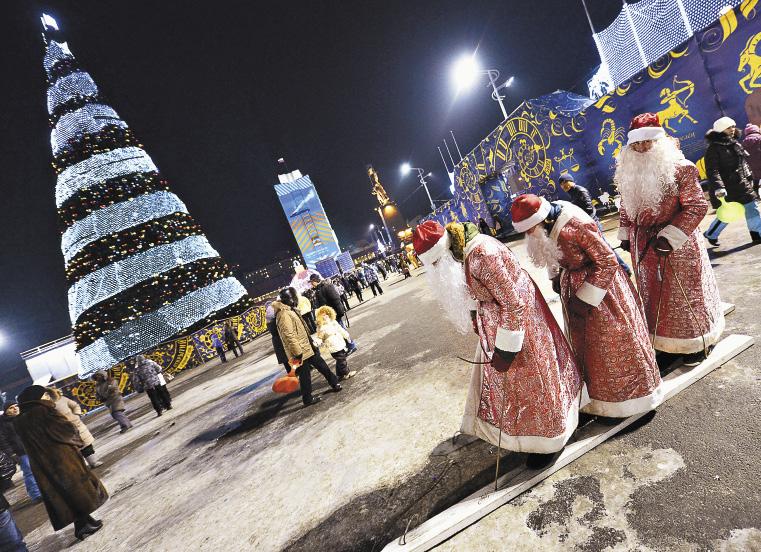 Новогодняя елка в огоньках - главное украшение любого зимнего города, в том числе Владивостока.