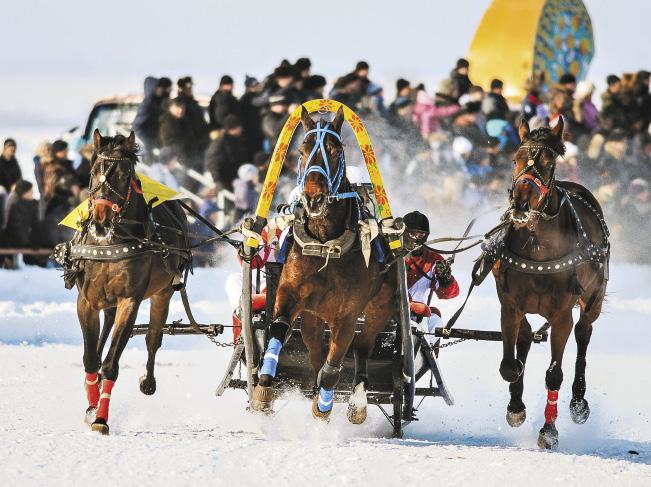 В туристско-развлекательном комплексе «Сибирское подворье» есть ипподром, где регулярно проходят конные бега.