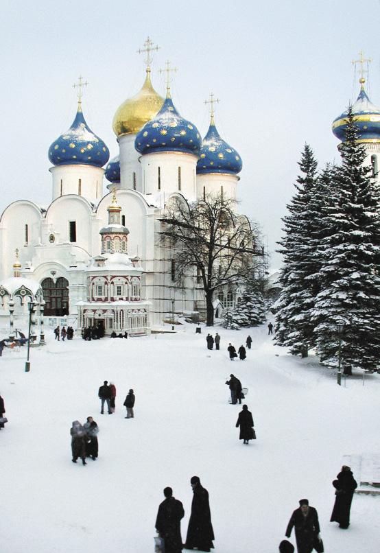 Возле великолепных храмов Сергиева Посада в любое время года масса паломников.
