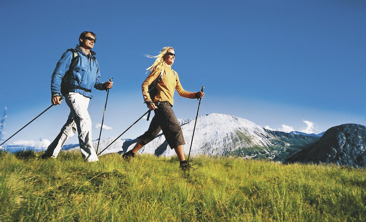 В окрестностях Ессентуков отдыхающие практикуют терренкуры со скандинавской ходьбой.