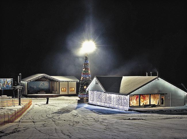 Ярко украшенную новогоднюю елку «Малиновки» ночью видно за несколько километров.