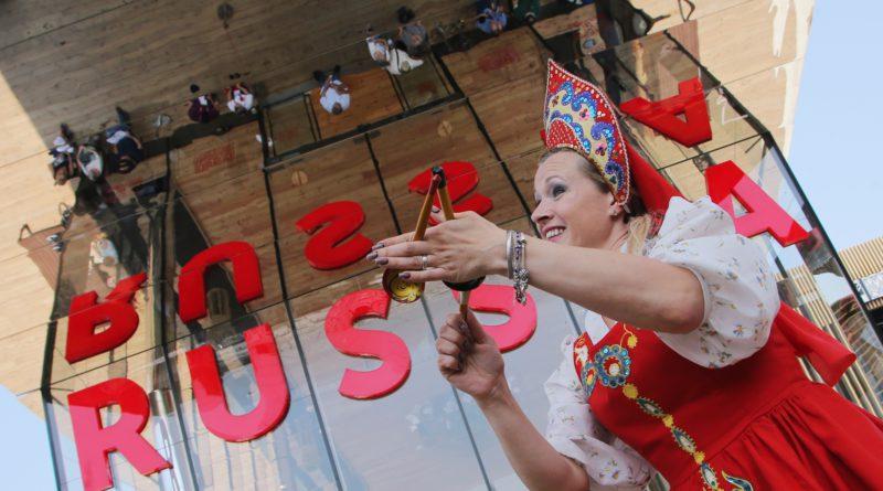 2638067 07.06.2015 Участница, представляющая русский народный танец с ложками, на всемирной выставке EXPO-2015 в Милане. Виталий Белоусов/РИА Новости