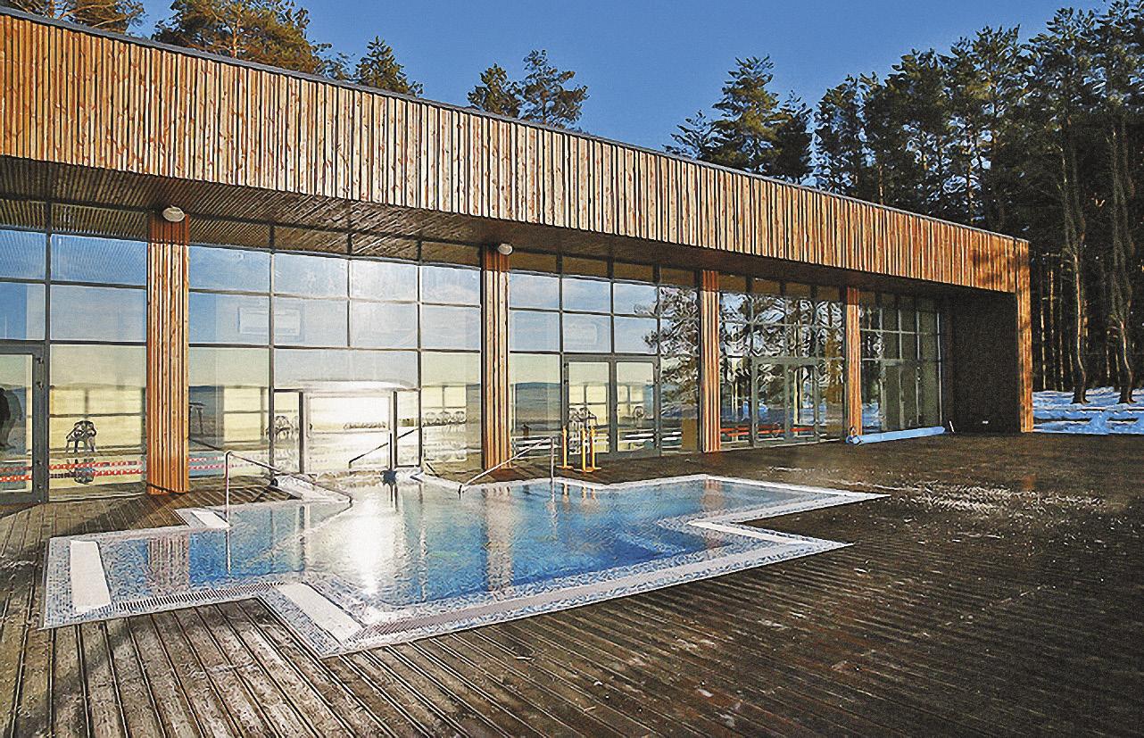 Летняя терраса с открытым бассейном.