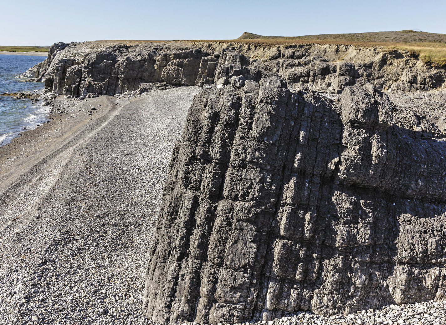 Каменные столбы мыса Гребень напоминают неземной пейзаж.