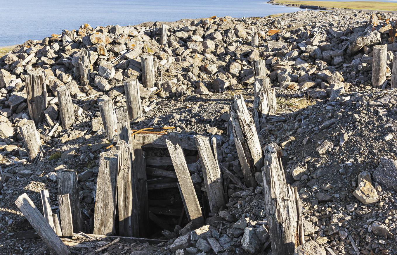 Вход в шахту рудника на месте бывшего вайгачского лагерного пункта ГУЛАГа.
