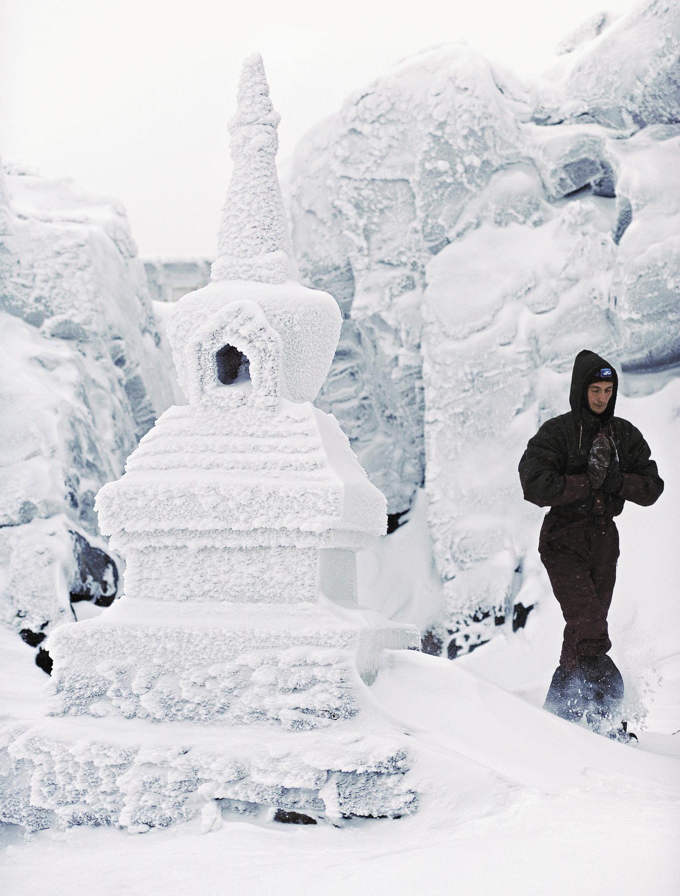 Монах Лугмопа возле Малой ступы Пробуждения во внутреннем дворе монастыря Шад Тчуп Линг. Монашеское звание требует постоянного служения. Снег и сильные морозы, которые не редкость в гористой части Свердловской области, такому служению – не помеха.