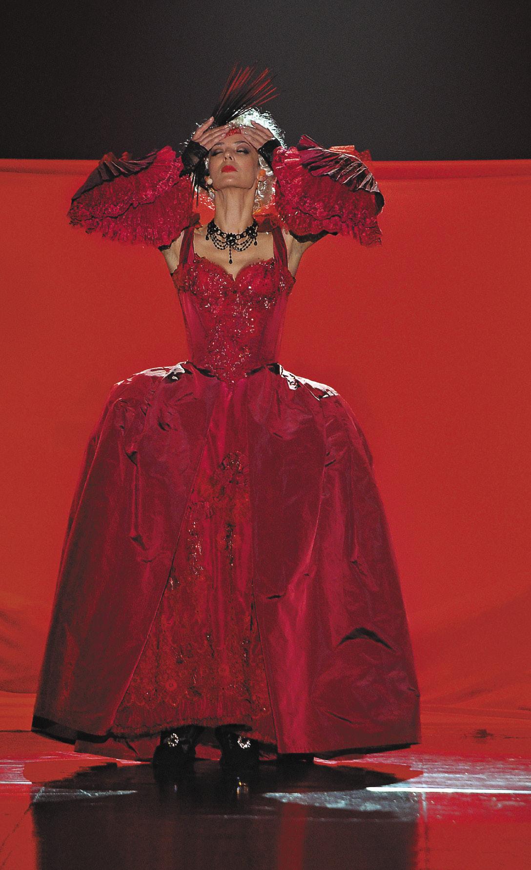 С песней по жизни! В роли маркизы де Мертей в сцене из мюзикла «Территория страсти» в постановке Александра Балуева в Театре эстрады.