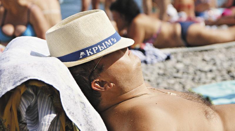 Вопреки пессимистичным прогнозам, пляжи Крыма в сезон не пустуют.