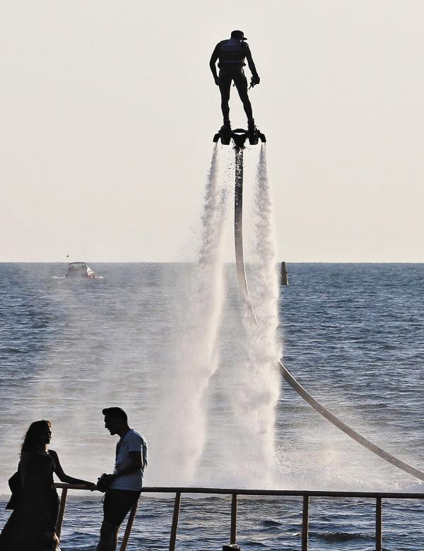 Флайборды на российском юге становятся все более популярным пляжным аттракционом.