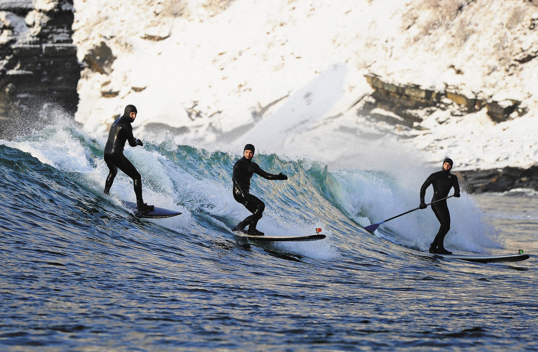 Зимний серфинг на острове Русском стал развиваться лет семь назад. На острове есть несколько бухт, которые не замерзают круглый год, но зимой чаще приходится кататься под снегом, чем под солнцем.