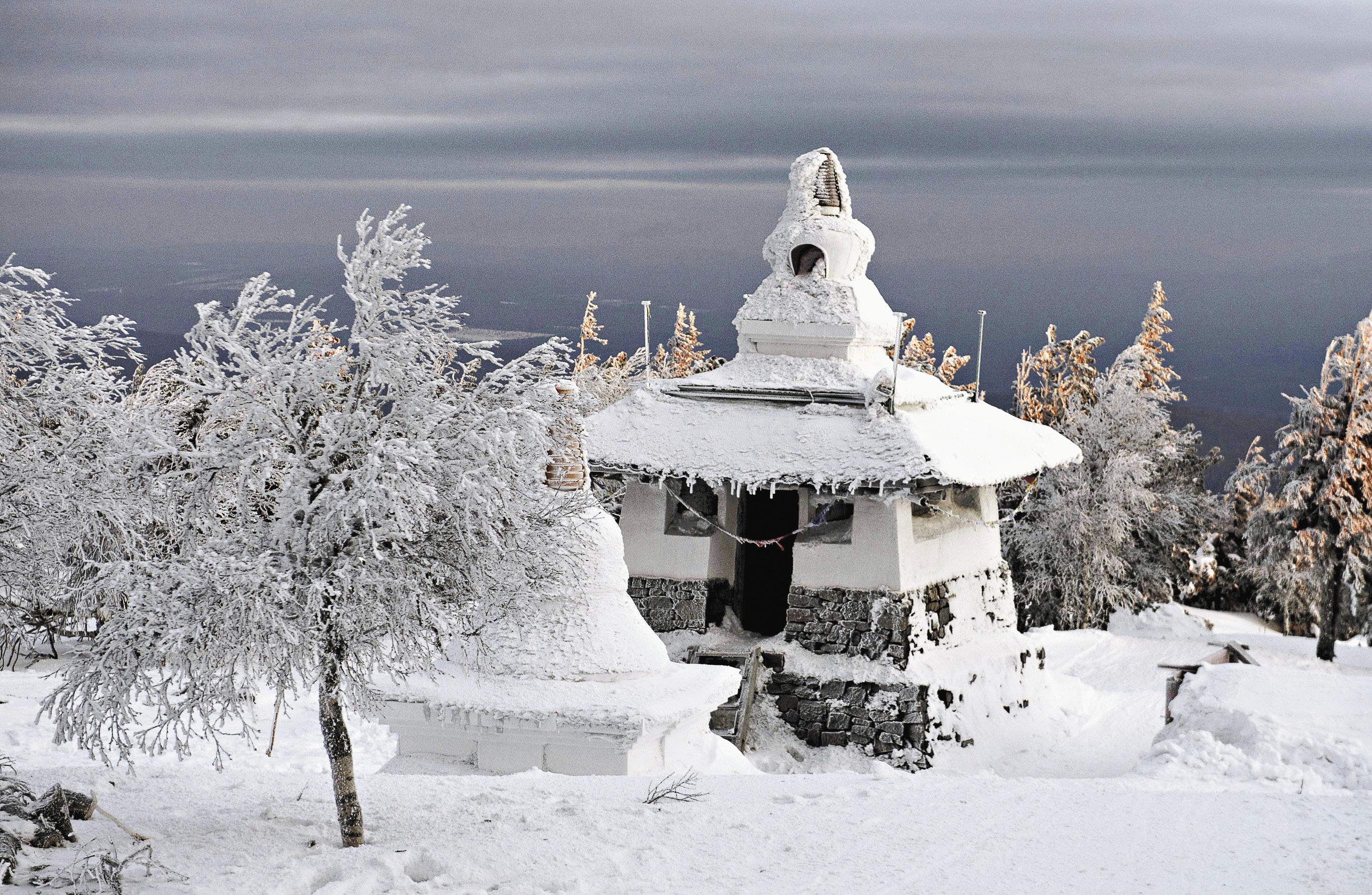 Службы судебных приставов по Свердловской области потребовали снести единственный на Урале буддийский монастырь, который был построен на территории месторождения титаномагнетитовых руд. Но качканарские буддисты продолжают строить новые здания. Санников надеется, что скоро здесь откроется буддийская школа.