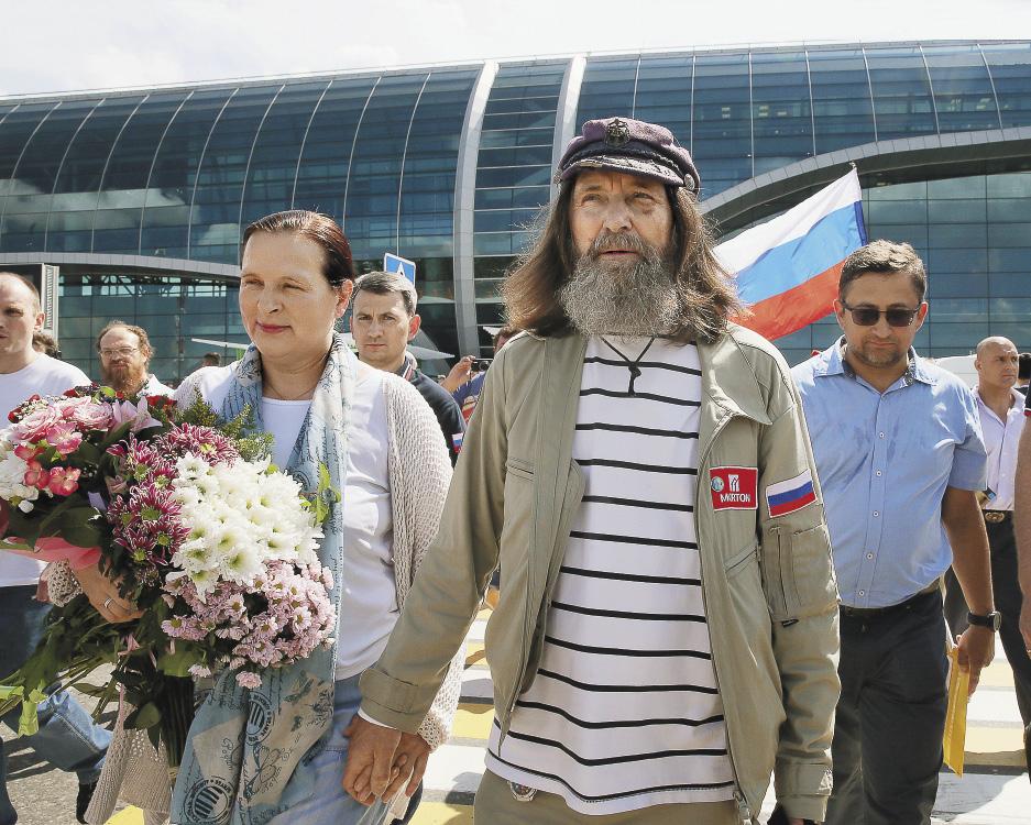 Супруги в Домодедово после возвращения путешественника из кругосветки на воздушном шаре.